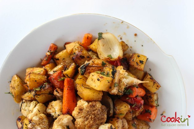 Marinated chicken in marinara sauce with coriander and garlic roasted vegetables-7
