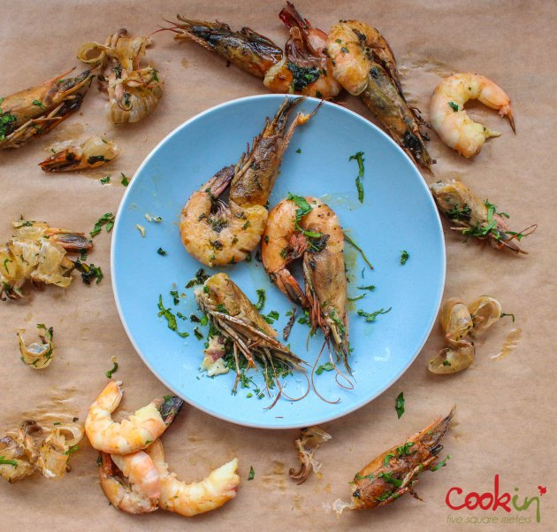 gin-and-herbed-butter-grilled-shrimps-with-grilled-lemons-recipe-cookin5m2-3