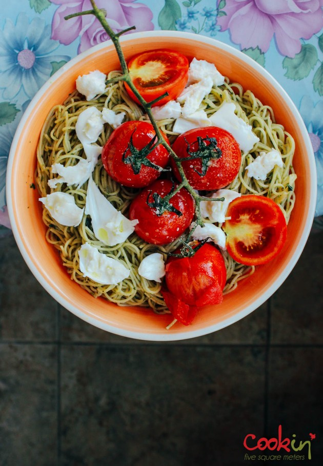 spaghetti-with-basil-pesto-mozzarella-and-roasted-vine-tomatoes-recipe-cookin5m2-1