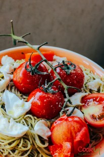 spaghetti-with-basil-pesto-mozzarella-and-roasted-vine-tomatoes-recipe-cookin5m2-4